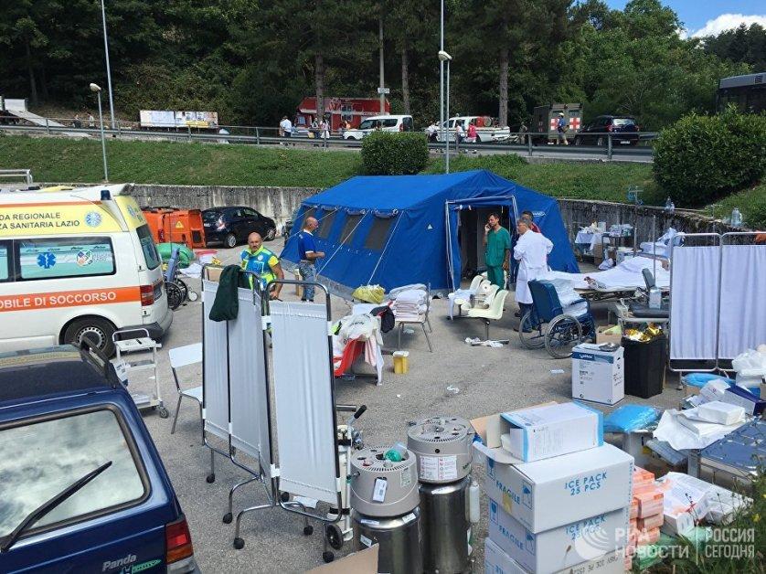 В Аматриче развернут мобильный медицинский центр.