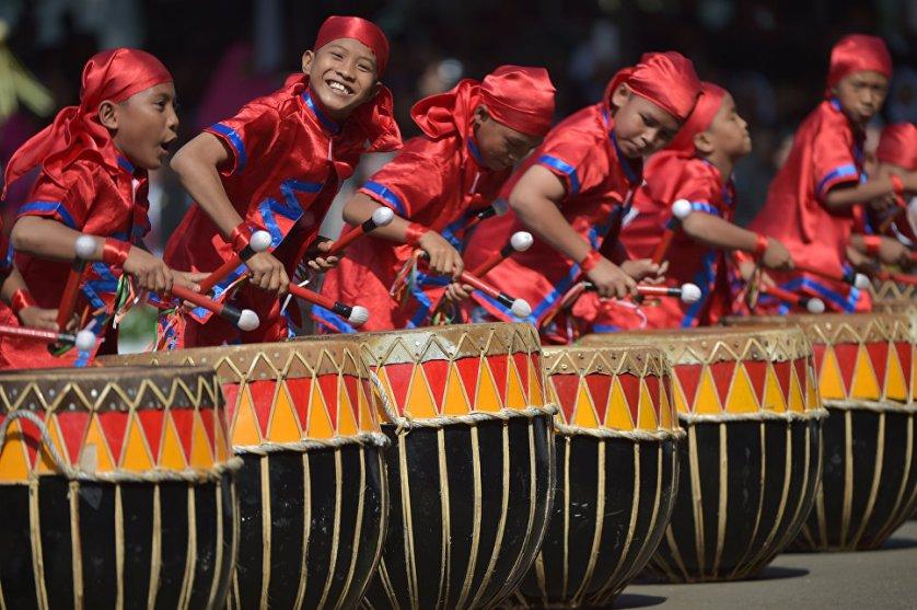 Индонезийские школьники играют на традиционных барабанах во время празднования Дня независимости Индонезии в Джакарте.
