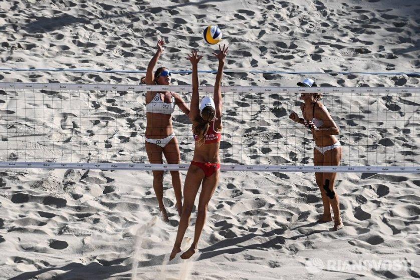 Слева направо: Брук Суэт (США), Екатерина Бирлова (Россия) и Лорен Фендрик (США) в матче 3-го тура женского турнира по пляжному волейболу на XXXI летних Олимпийских играх.