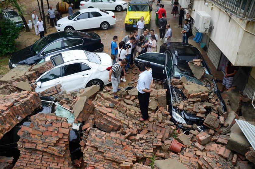 Сильные ливни обрушились на юго-запад Китая. По последним данным, жертвами проливных дождей в шести провинциях стали 13 человек, еще 62 пропали без вести. В общей сложности от стихии пострадали 1,73 миллиона человек, срочно эвакуированы 68 тысяч. Непогода разрушила 1,2 тысячи зданий, еще 4,3 тысячи зданий получили повреждения различной степени.