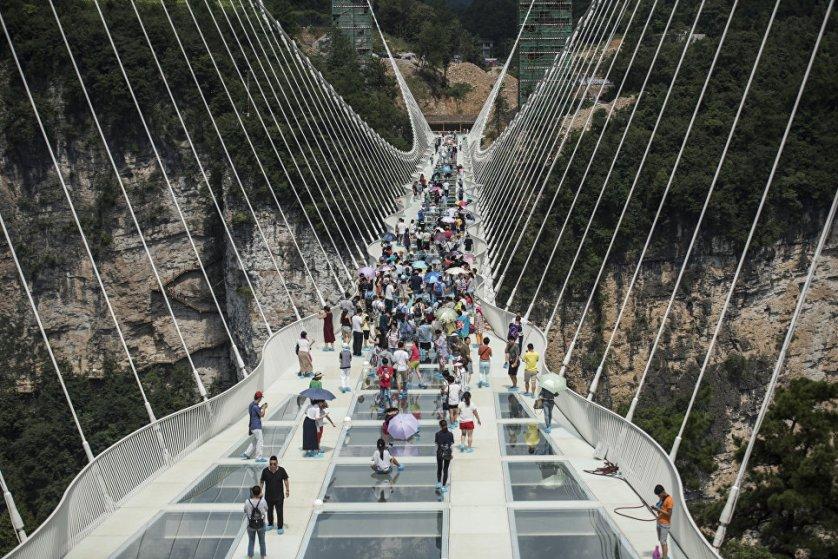 20 августа в Китае официально открылся самый длинный в мире стеклянный мост, расположенный на высоте 300 метров над Гранд-Каньоном Национального парка Чжанцзяцзе в провинции Хунань. Длина конструкции составляет 430 метров, ширина — шесть метров.