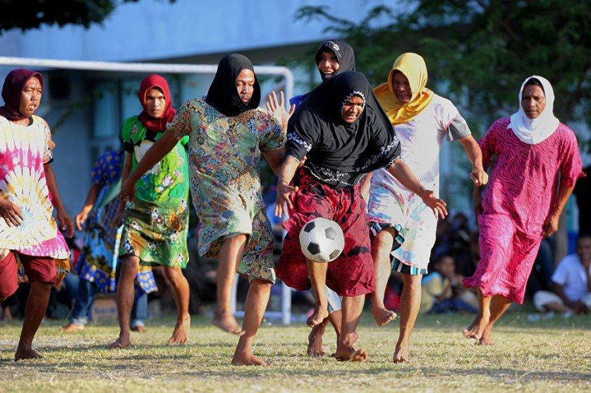 Костюмированным футбольным матчем отметили мужчины из индонезийского города Банда-Ачех 71-й День независимости страны.