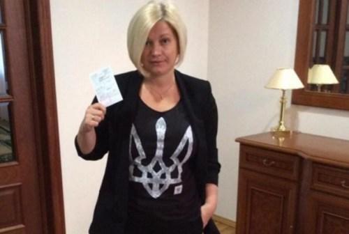 В комментарии к этому фото в Facebook Ирина Геращенко написала: «Веду себя нагло. Типичная бандеровка».