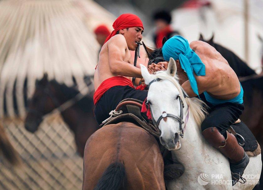 Вторые Всемирные игры кочевников, которые стали самым крупным международным событием последнего десятилетия в Киргизии, проходили в минувшие выходные на побережье высокогорного озера Иссык-Куль.