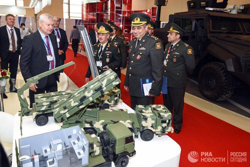 Делегация министерства обороны Азербайджана ознакомилась со стендом белорусских ракетных комплексов.