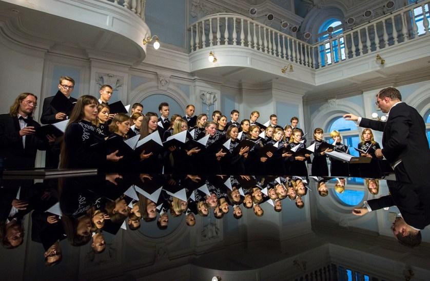MOSCOW, RUSSIA - SEPTEMBER 12, 2016: Conductor Alexander Solovyev (R) and the Chamber Choir of the Moscow Tchaikovsky Conservatory perform in the Rakhmaninov Hall of the conservatory. Artyom Geodakyan/TASS Ðîññèÿ. Ìîñêâà. 12 ñåíòÿáðÿ 2016. Äèðèæåð Àëåêñàíäð Ñîëîâüåâ (ñïðàâà) âî âðåìÿ âûñòóïëåíèÿ ñ Êàìåðíûì õîðîì Ìîñêîâñêîé êîíñåðâàòîðèè â Ðàõìàíèíîâñêîì çàëå Ìîñêîâñêîé ãîñóäàðñòâåííîé êîíñåðâàòîðèè èì. Ï.È. ×àéêîâñêîãî. Àðòåì Ãåîäàêÿí/ÒÀÑÑ