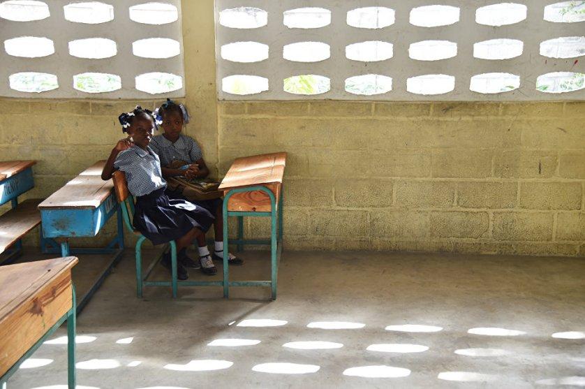 Школьницы в коммуне Tabarre в столице Гаити Порт-о-Пренс.