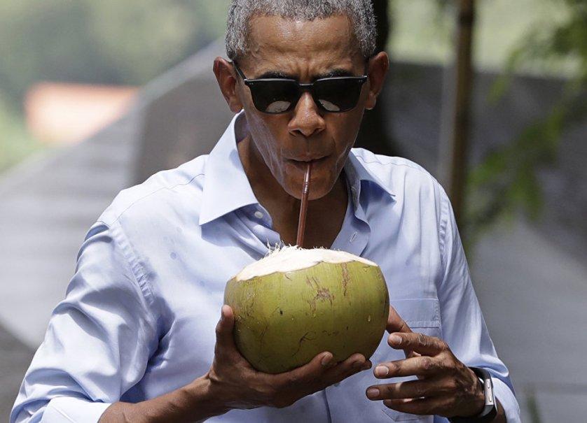 Барак Обама в ходе визита в Лаос посетил магазин в Луангпрабанге, прогулялся по набережной реки Меконг, где попробовал кокосовое молоко.