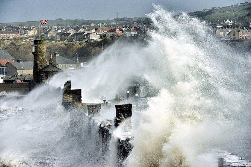 Приз зрительских симпатий путем общественного голосования был присужден Полу Кингстону, который сделал фотографию гигантских волн, разбивающихся о пристань городка Уайтхевен в британском графстве Камбрия.