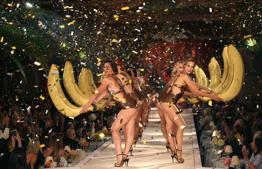 """Известный британский бренд Charlotte Olympia на Неделе моды в Лондоне вывел моделей на подиум в фруктовых нарядах. """"Я хотела, чтобы это было весело, хотела организовать настоящее представление, чтобы зрители почувствовали и на миг вернулись в прошлое"""", - прокомментировала показ создатель коллекции Шарлотт Деллал, дочь бразильской топ-модели Андреа Деллал и британского миллионера Гая Деллала."""
