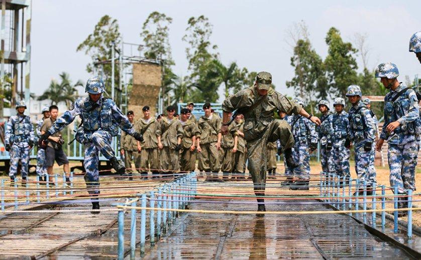 Совместная тренировка российских и китайских морских пехотинцев.