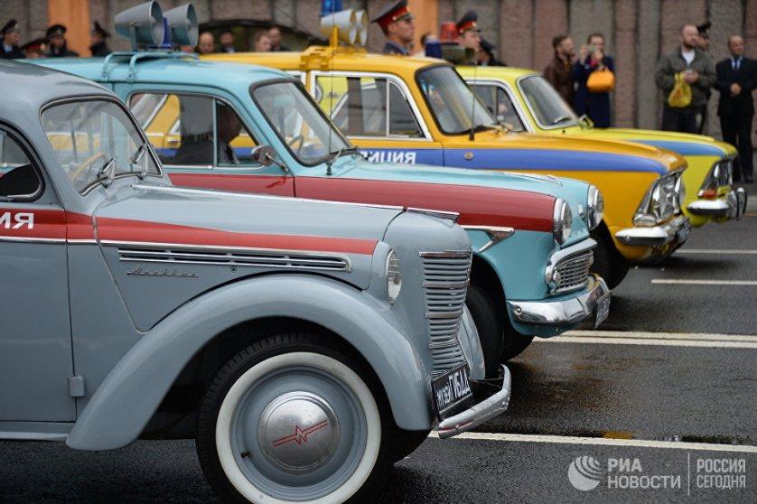 Автомобили УГИБДД ГУ МВД по городу Москве перед стартом Первого московского парада городской техники.