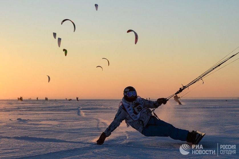 Спортсмен во время гонок в дисциплине курс-рейс в рамках кубка Сибири по зимнему кайтингу на льду водохранилища Новосибирской ГЭС.