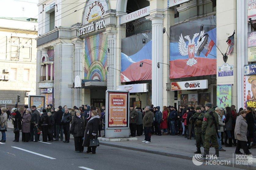 Траурная церемония проходит в театре оперы и балета в центре Донецка.