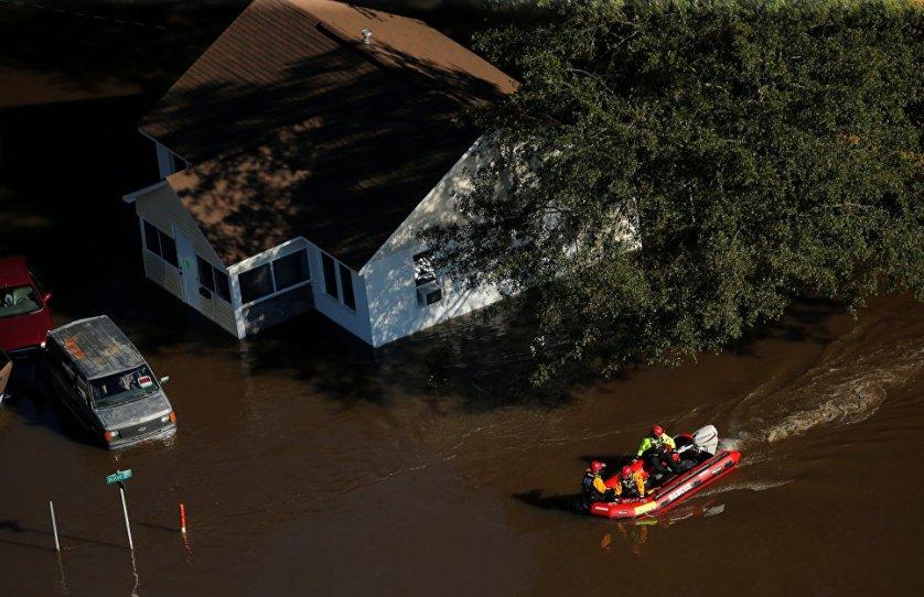 """Спасатели на затопленной улице после урагана """"Мэтью"""" в Ламбертоне, Северная Каролина."""