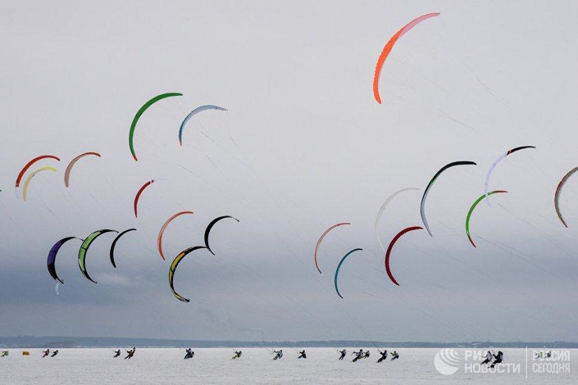 Спортсмены во время гонок в дисциплине курс-рейс в рамках кубка Сибири по зимнему кайтингу на льду водохранилища Новосибирской ГЭС.