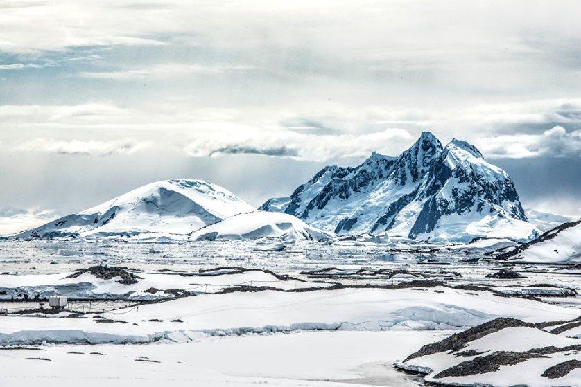 Антарктида – самый высокий континент на земле. Она возвышается над уровнем моря в среднем на 2000 м благодаря тому, что покрыта толстым слоем льда. Высота центральной части континента достигает 4500 м.