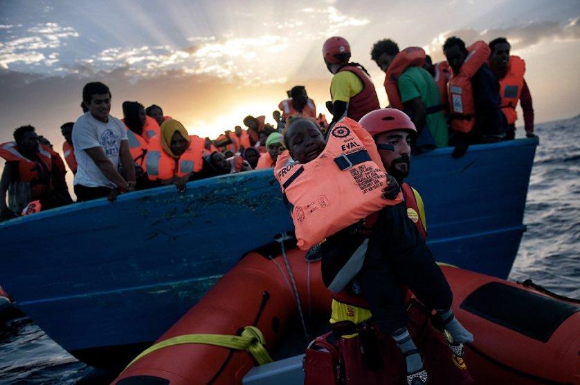 Более шести тысяч мигрантов спасены в Средиземном море у берегов Ливии в понедельник. Береговая охрана Италии заявляет, что мигранты пытались достичь Европы на 40 лодках. На одной из лодок находились 725 человек. Всего за день удалось спасти 6055 мигрантов.