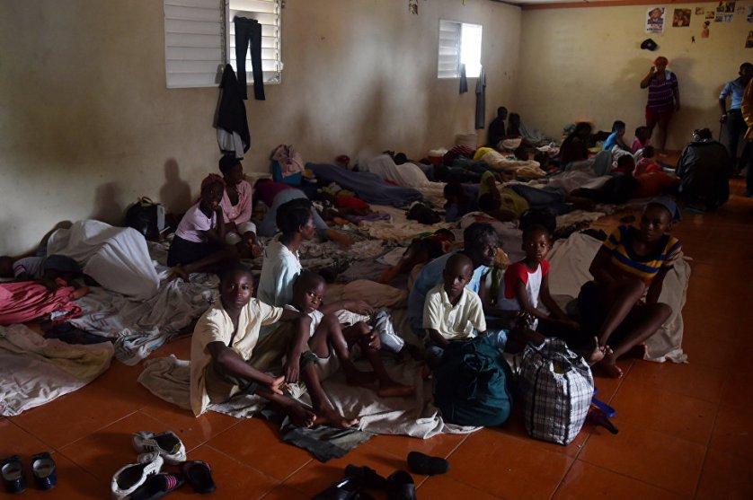 В столице Гаити Порт-о-Пренсе открыты центры временного размещения для тех, кто из-за урагана остался без жилья.