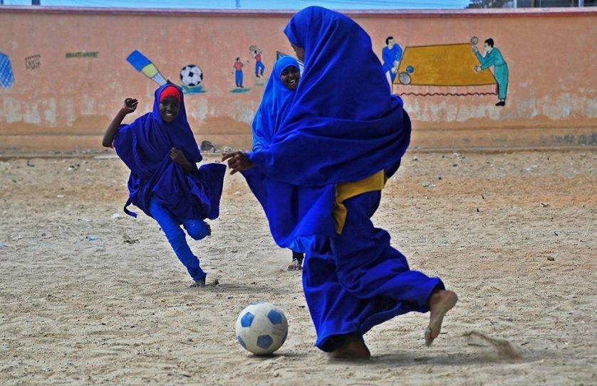 Сомалийские школьницы во время перемены играют в футбол.