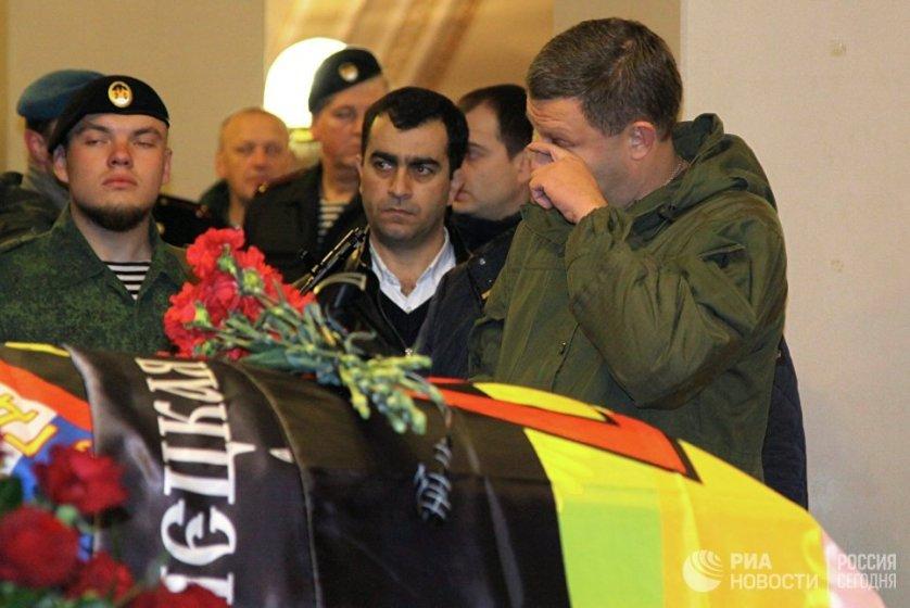 На церемонию, чтобы проститься с погибшим командиром ополченцев ДНР, приехал глава республики Александр Захарченко, он возложил цветы к гробу.