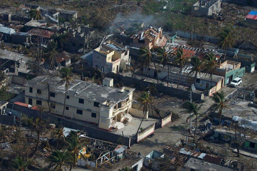 """ООН полагает, что количество жертв от урагана """"Мэттью"""" и его последствий на Гаити будет расти, сообщила глава миссии ООН в стране Сандра Оноре. После посещения ряда районов страны Оноре сообщила СБ ООН, что стихия нанесла огромный ущерб южным областям, разрушив мосты и дороги, затопив целые деревни, смыв до 80% сельскохозяйственных посевов и скота, прервав поставки коммерческих грузов."""