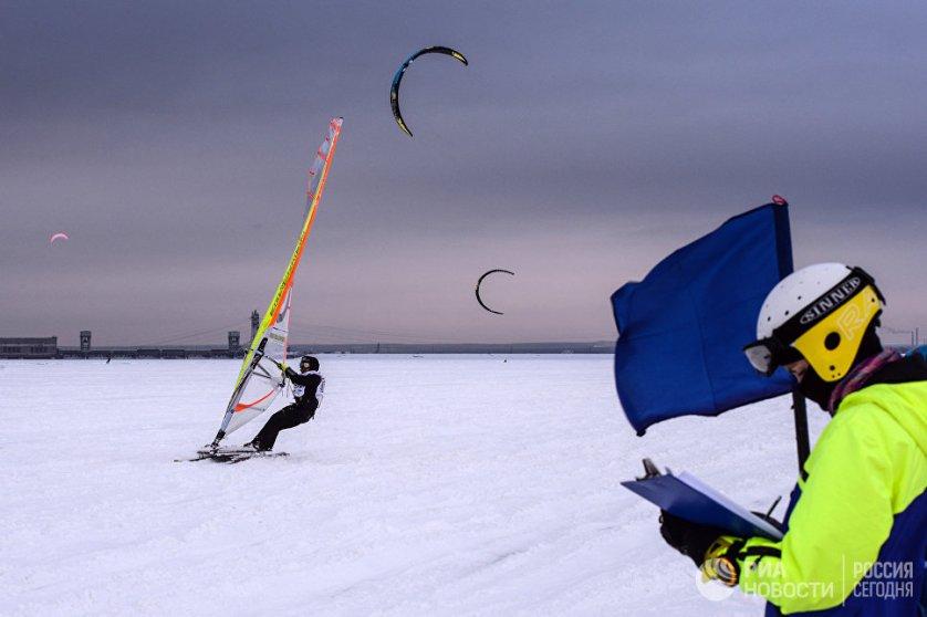 Спортсмен на финише гонки в дисциплине курс-рейс в рамках кубка Сибири по зимнему кайтингу на льду водохранилища Новосибирской ГЭС.