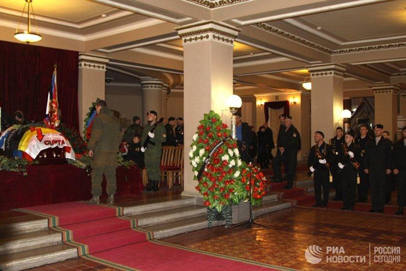 На церемонии прощания с командиром ополчения ДНР Арсеном Павловым (Моторола) в здании Донецкого государственного академического театра оперы и балета.