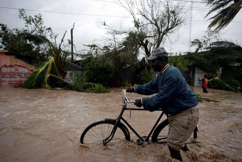 """Последствия урагана """"Мютью"""" в Ле-Кайес, Гаити."""