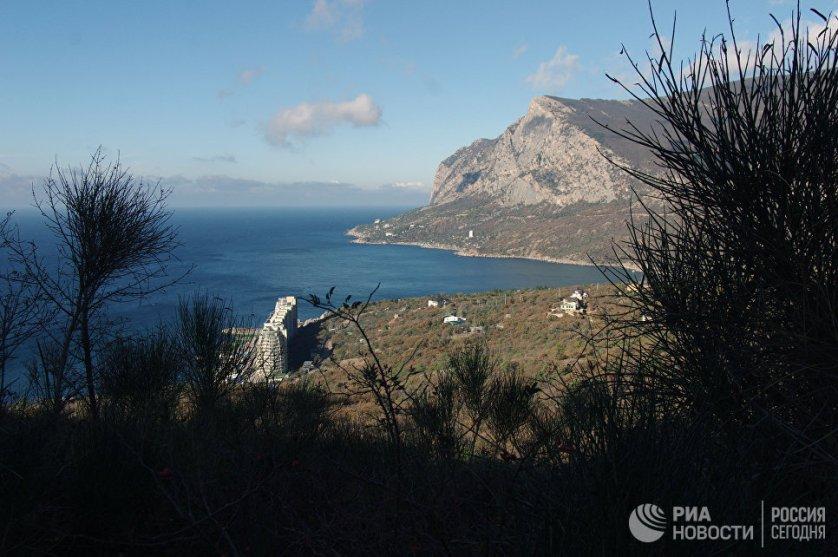 Крымский полуостров с юга и с запада омывается Черным морем, а восточная его часть обращена к Азовскому. С материком его соединяет Перекопский перешеек.