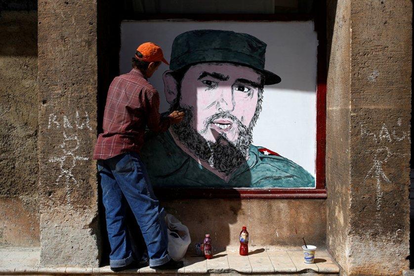 Местные художники рисуют портреты Фиделя Кастро на улицах Гаваны.