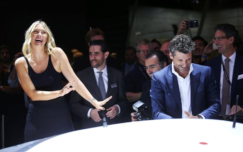 Мария Шарапова поработала стендисткой на автосалоне в Лос-Анджелесе. После дисквалификации теннисистки некоторые компании разорвали с ней контракты, концерн Porsche, напротив, решил сотрудничать с россиянкой.