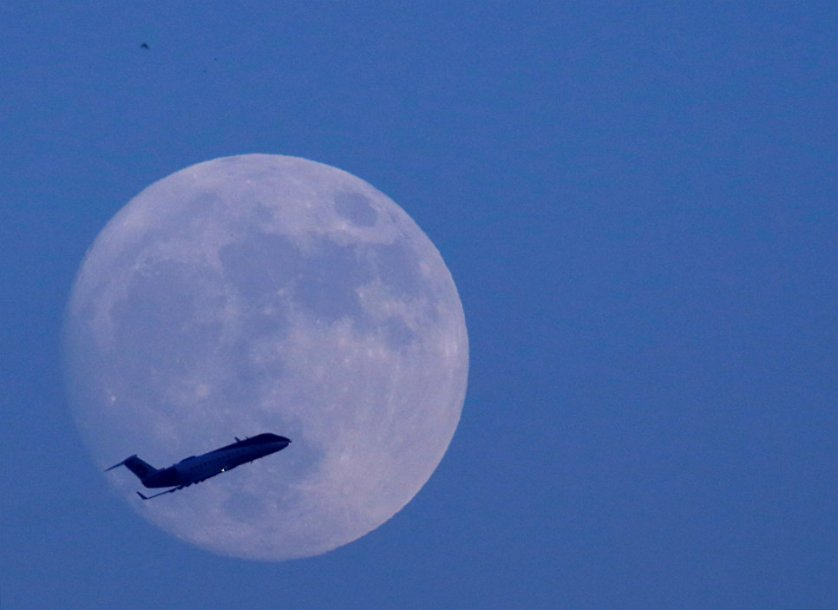 Самолет на фоне луны накануне суперлуния в Катманду, Непал.
