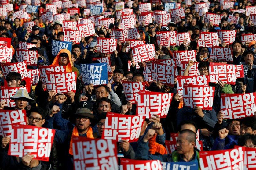 Участники акции протеста в Сеуле, 12 ноября 2016