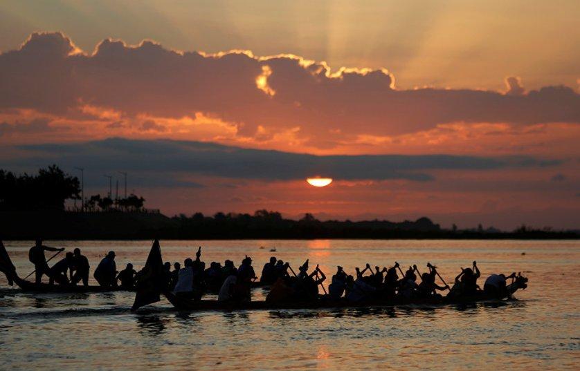 Фестиваль воды на реке Тонлесап в Камбодже. Праздник проводят в честь удивительного природного явления — поворота вспять вод реки Тонлесап. Праздник длится в течение нескольких дней, которые являются в стране выходными.