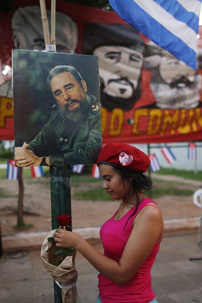 Напомним, лидер кубинской революции Фидель Кастро скончался в возрасте 90 лет в пятницу в 22.29 по местному времени (06.29 утра субботы мск).