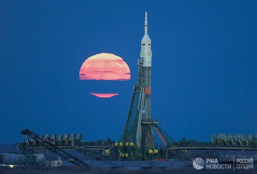 """Суперлуние на космодроме """"Байконур"""". 14 ноября Луна приблизилась к Земле на самое короткое расстояние с 1948 года. В следующий раз такое яркое суперлуние можно будет наблюдать только в 2034 году."""