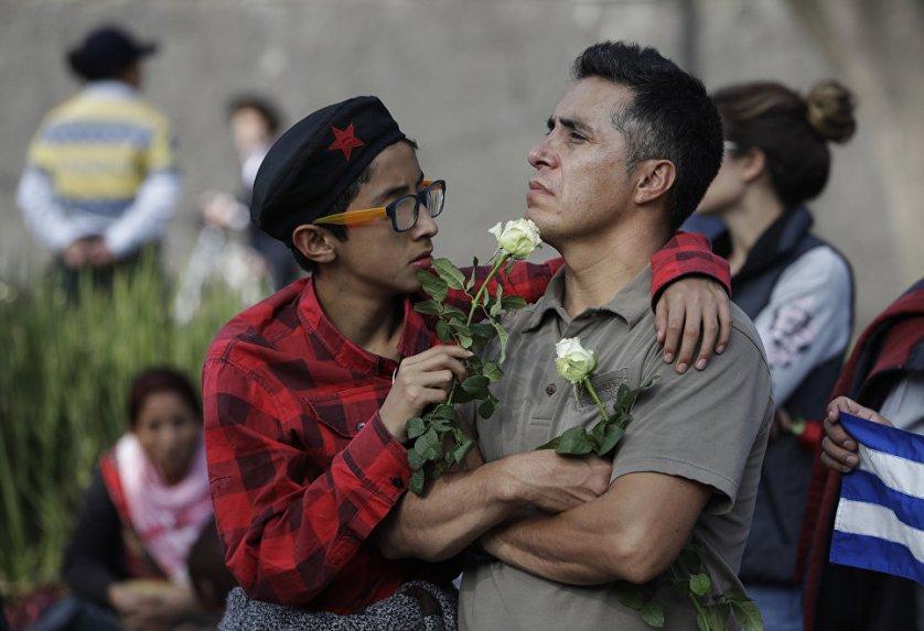 Жители Мехико у кубинского посольства.