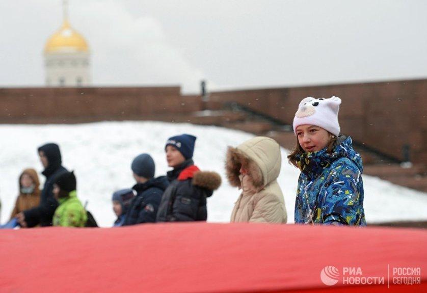 Демонстрация самого большого флага Российской Федерации в парке Победы в Москве.