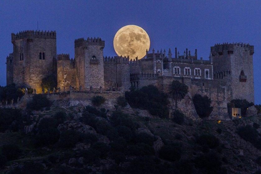 Луна поднимается над замком Альмодовар в Кордове, Испания.