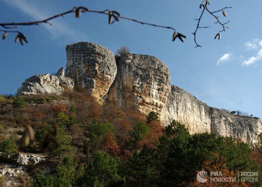 """Мыс Кале-Бурун (Бурун-Кая) – это самый высокий выступ северо-восточной оконечности массива Курушлю. Его название в переводе с крымскотатарского языка означает """"скальный нос""""."""
