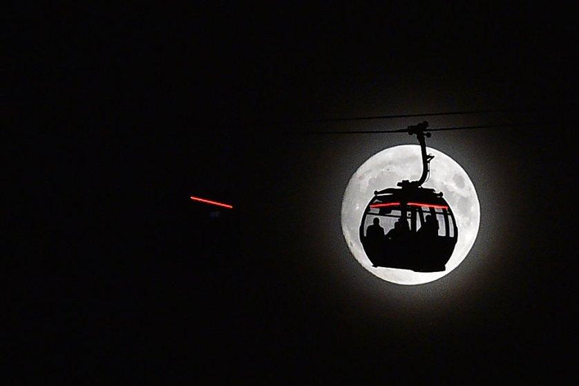 Канатная дорога на фоне луны в Лондоне, Великобритания.