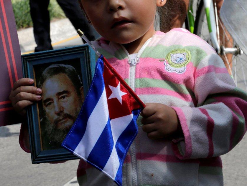 Юная жительница Мехико у кубинского посольства.