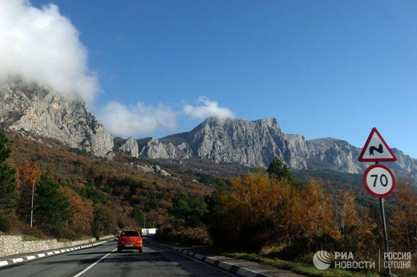 Далеко не все дороги в Крыму можно назвать идеальными. Однако именно по ним можно совершить самое полноценное путешествие по полуострову, делая остановки в самых красивых и необычных местах.