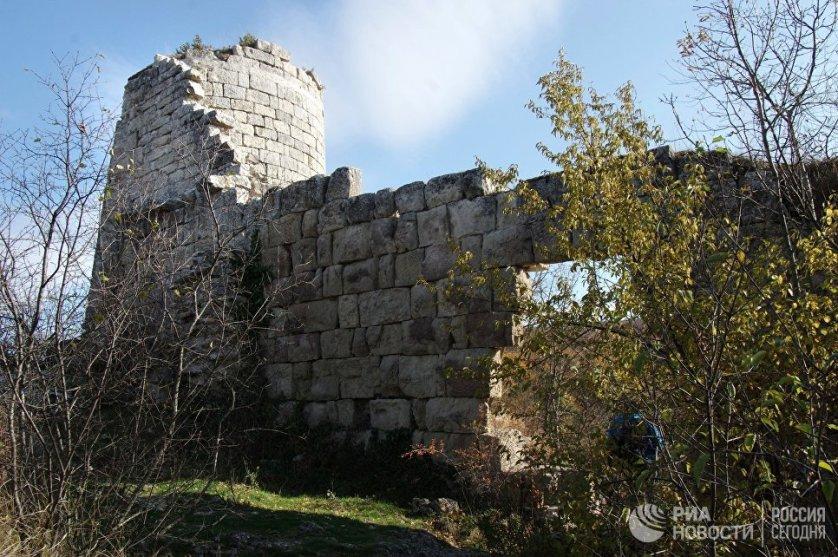 Византийцы основали Сюйреньскую крепость для контроля над плодородной долиной реки Бельбек и для защиты торгового пути к столице Мангуп. Круглая башня высотой 10 метров до сих пор неплохо сохранилась.