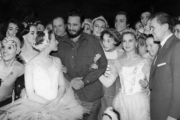 Кубинский лидер Фидель Кастро и Майя Плисецкая (слева) с труппой Большого театра. Москва, 1963 год