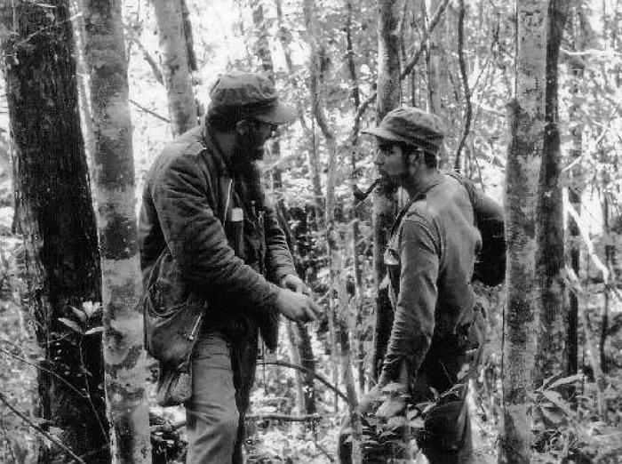 Лидеры кубинской революции Фидель Кастро (слева) и Эрнесто Че Гевара в лесах Сьерра-Маэстра в 1957 году. Свергнуть режим Фульхенсио Батисты на Кубе им удастся в 1959 году.