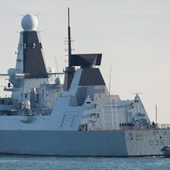 Следивший за «Адмиралом Кузнецовым» британский эсминец вернули в порт на буксире