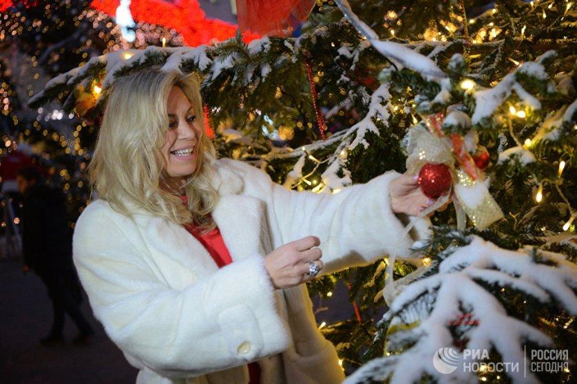 """Презентацию елей для фестиваля """"Путешествие в Рождество"""" посетила топ-менеджер Дома моды Valentin Yudashkin Марина Юдашкина."""