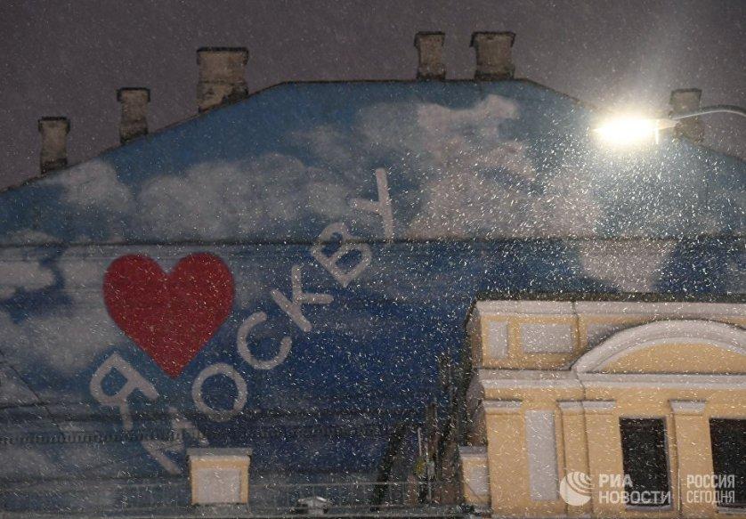 Из города вывозят снег. Параллельно коммунальщики расчищают от снега и наледи крыши и выступающие элементы фасадов зданий.